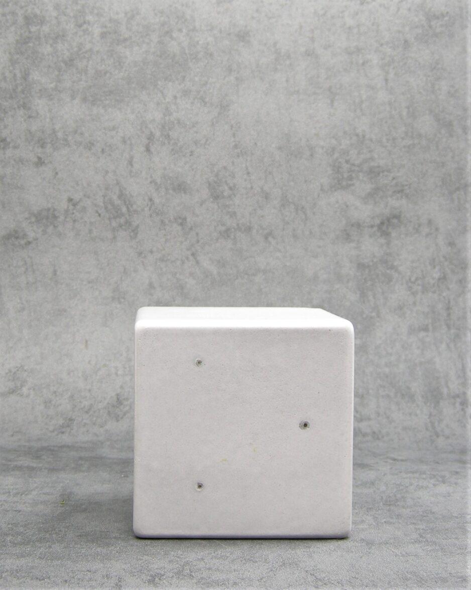 881 - bloempot op stokjes gebakken vierkant grijs