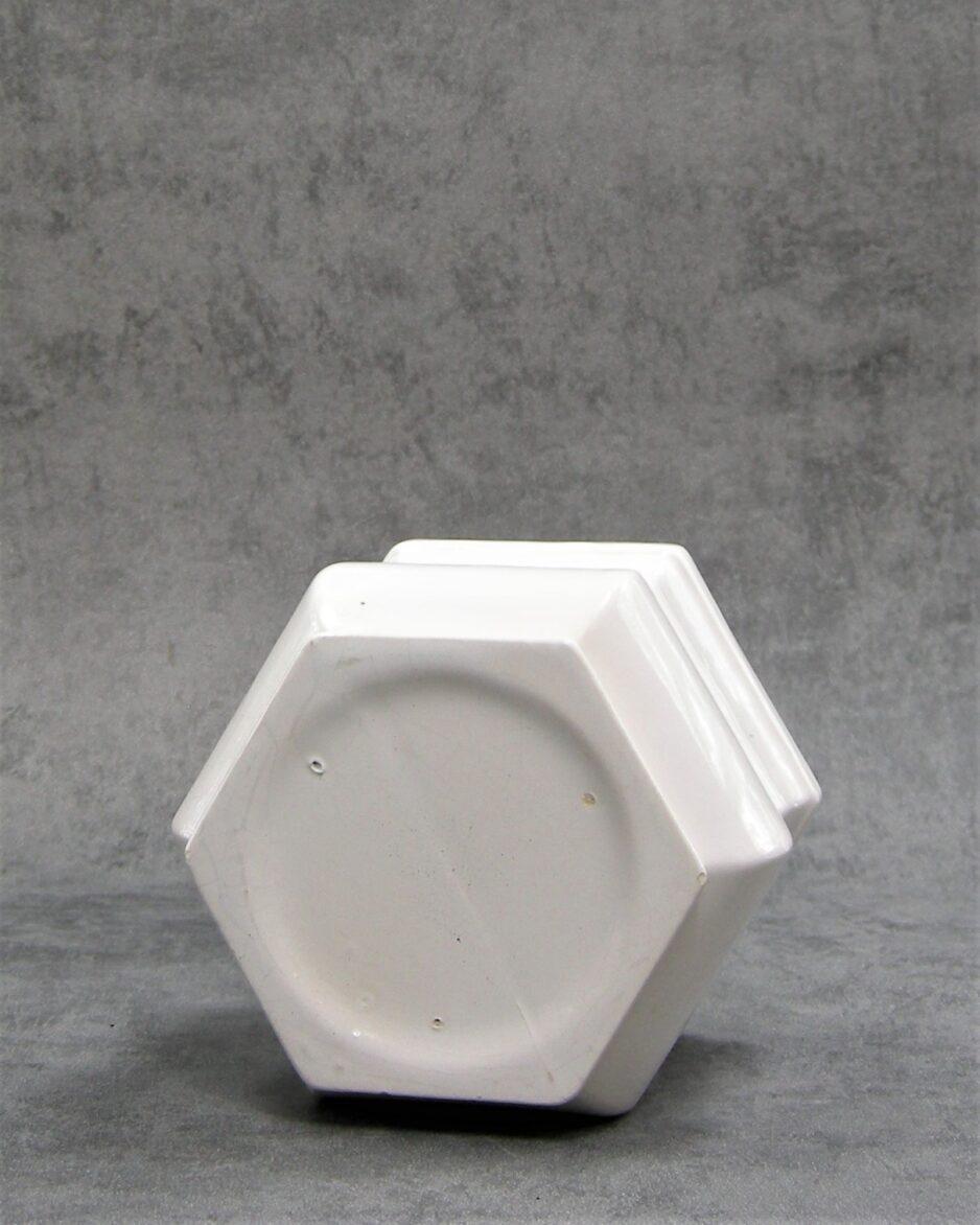 889 - bloempot op stokjes gebakken 6 kantig wit