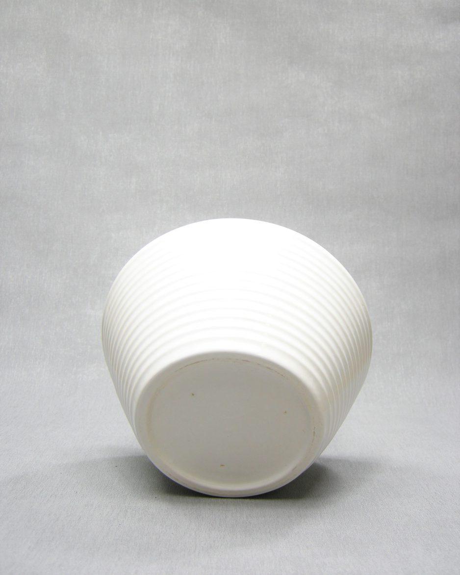 212-Vintage-bloempot-op-stokjes-gebakken-wit