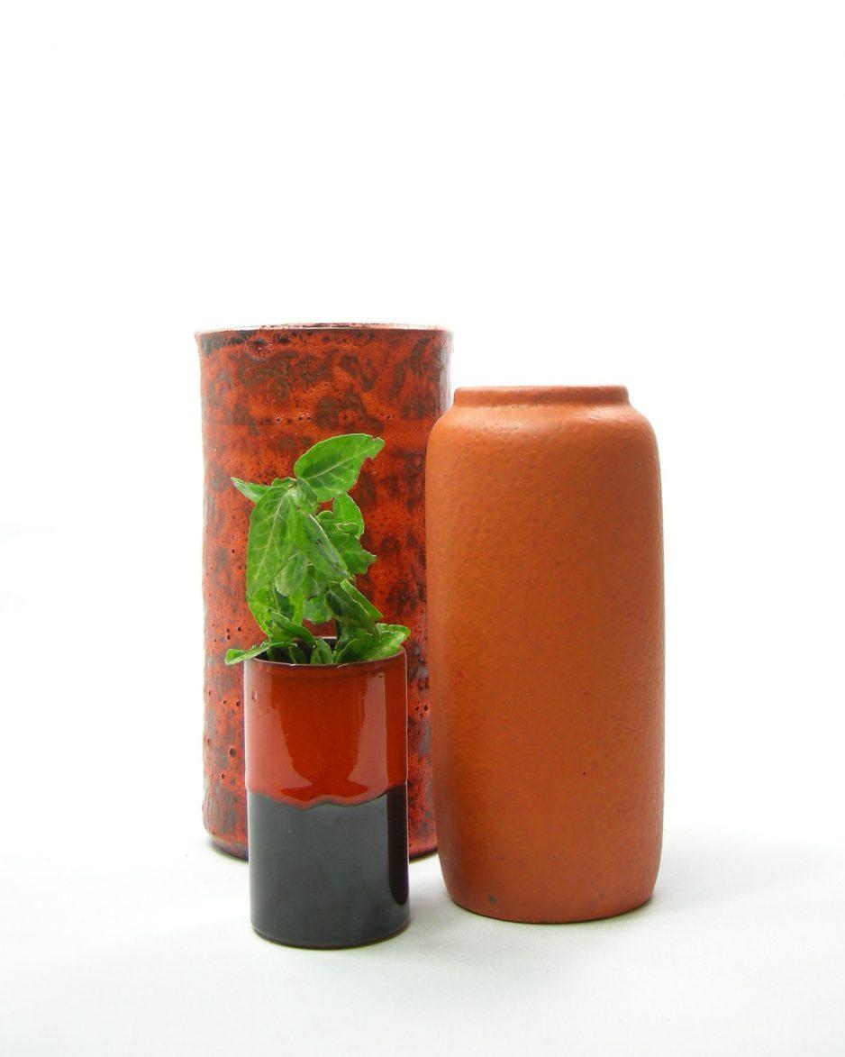 558 - vaas op stokjes gebakken oranje-bruin