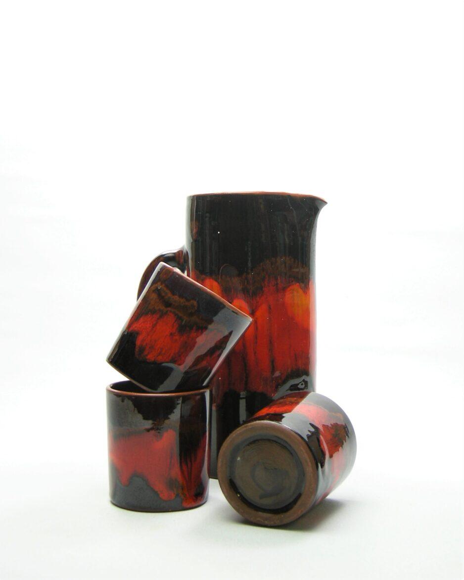 573 - kan pitcher met 3 bekers oranje bruin