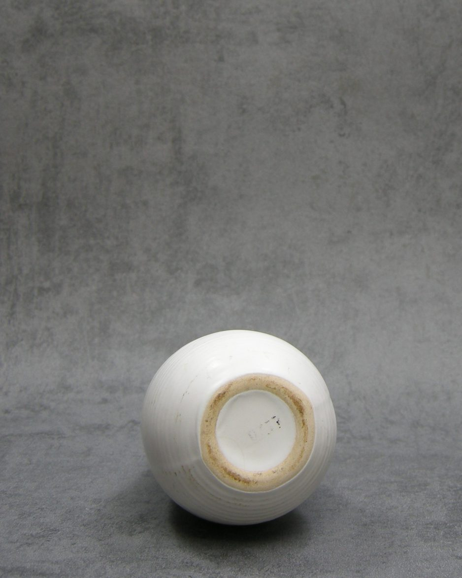 641 - vintage vaasje met ribbels wit