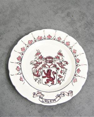 754 - bord Ursem Pottenbakkerij De Mal Koedijk wit-roze