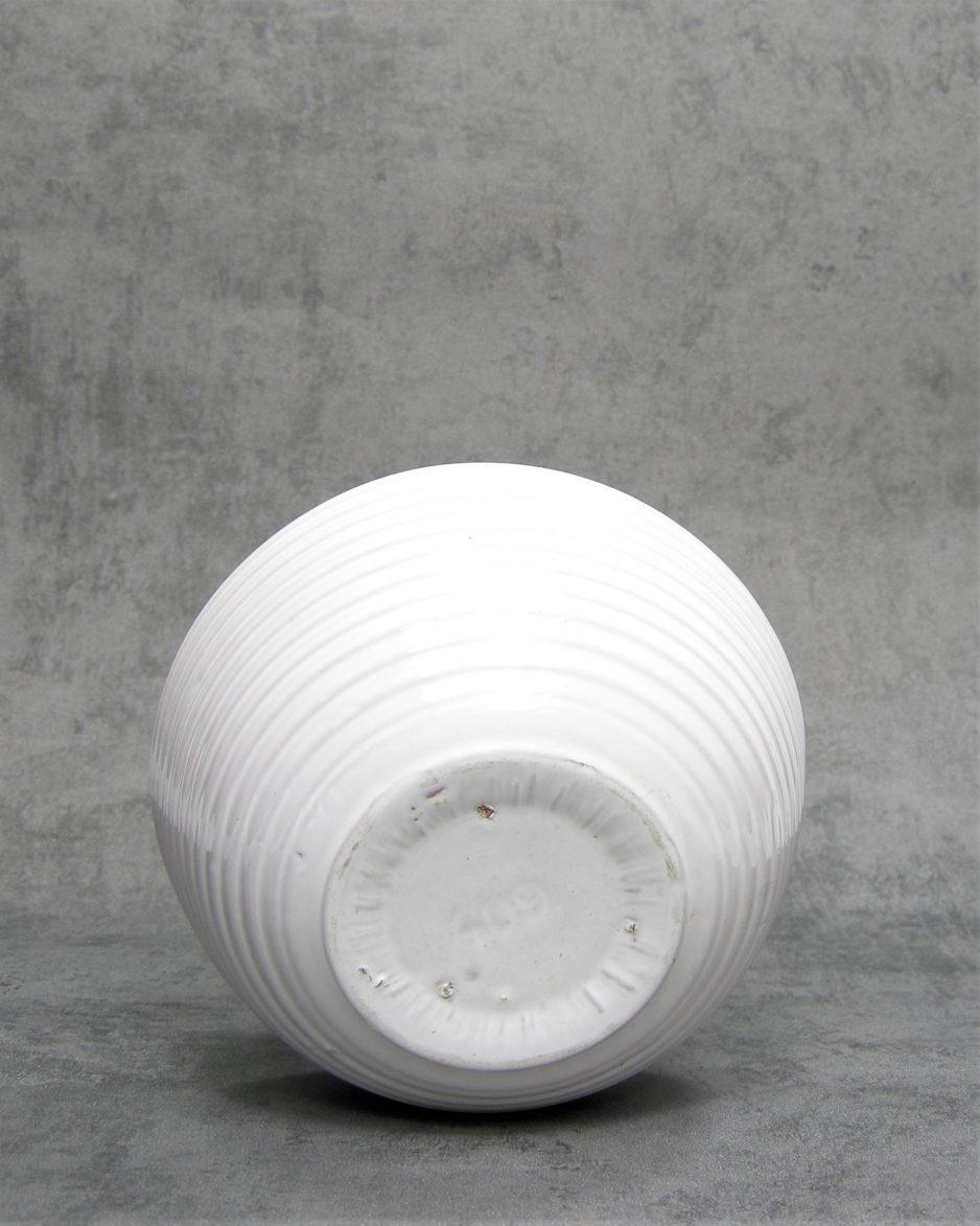 799 - bloempot 409 op stokjes gebakken wit