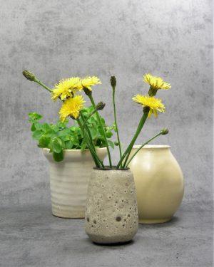 845 - bloempotje met brede rand beige