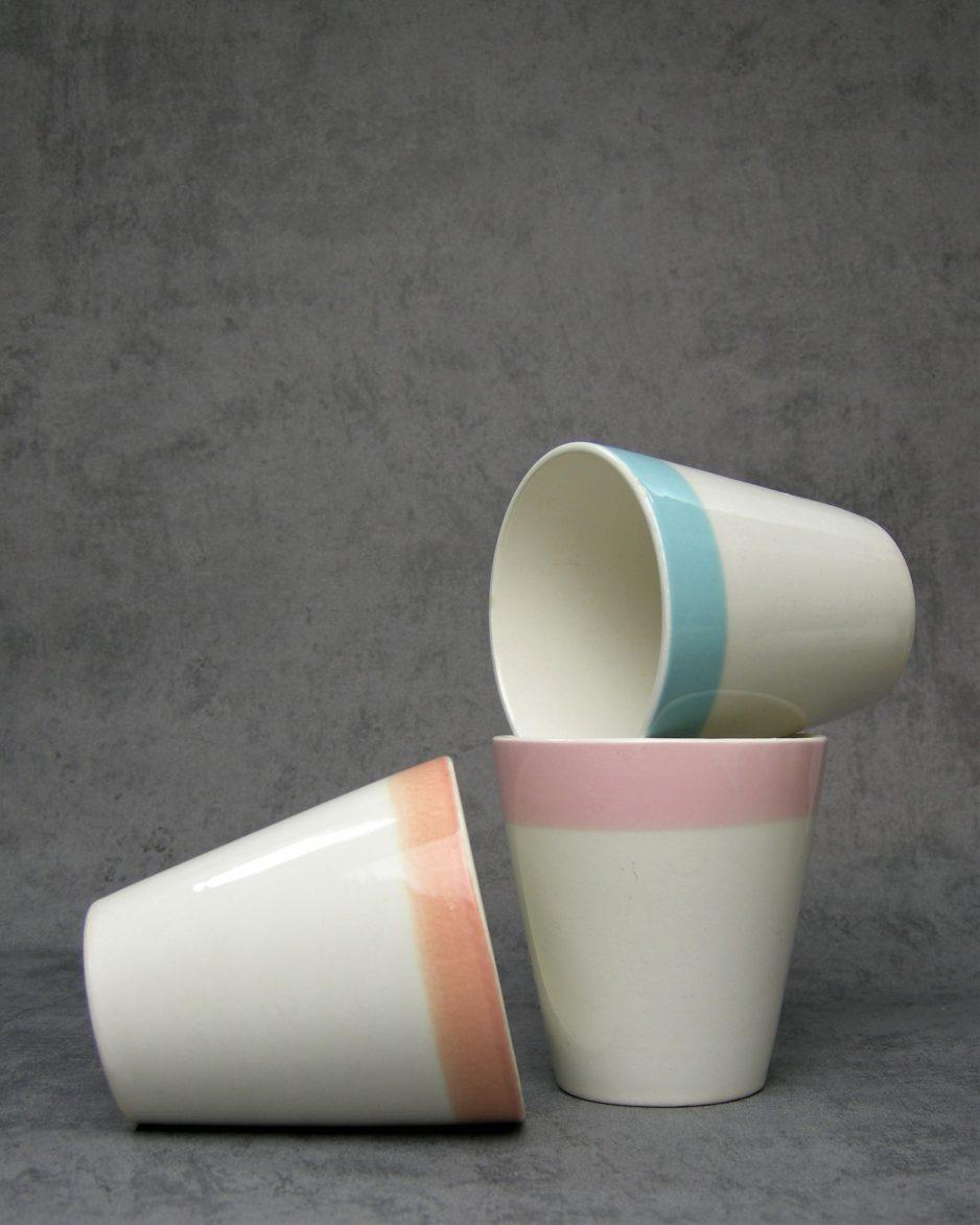 985 - melkbekers Boch La louviere Belgium wit met roze, blauw en oranje rand
