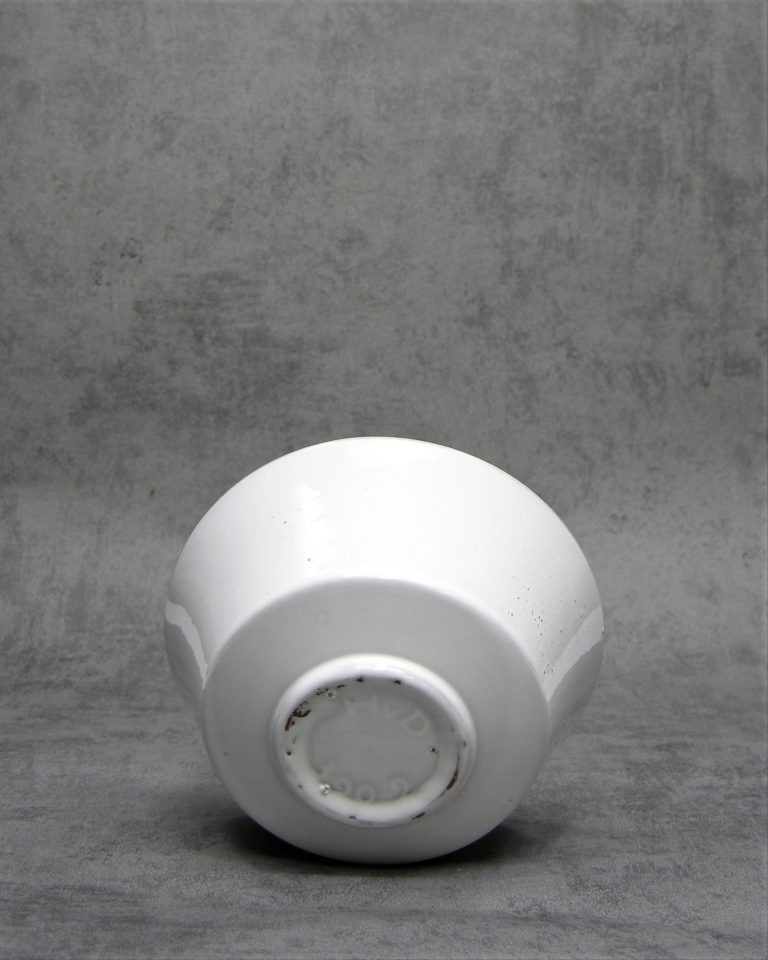 1022 – bloempot H.v.D. 309-2  op stokjes gebakken wit