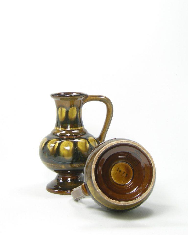 1082 – vaasje Flora Keramiek Gouda Holland 1875 bruin