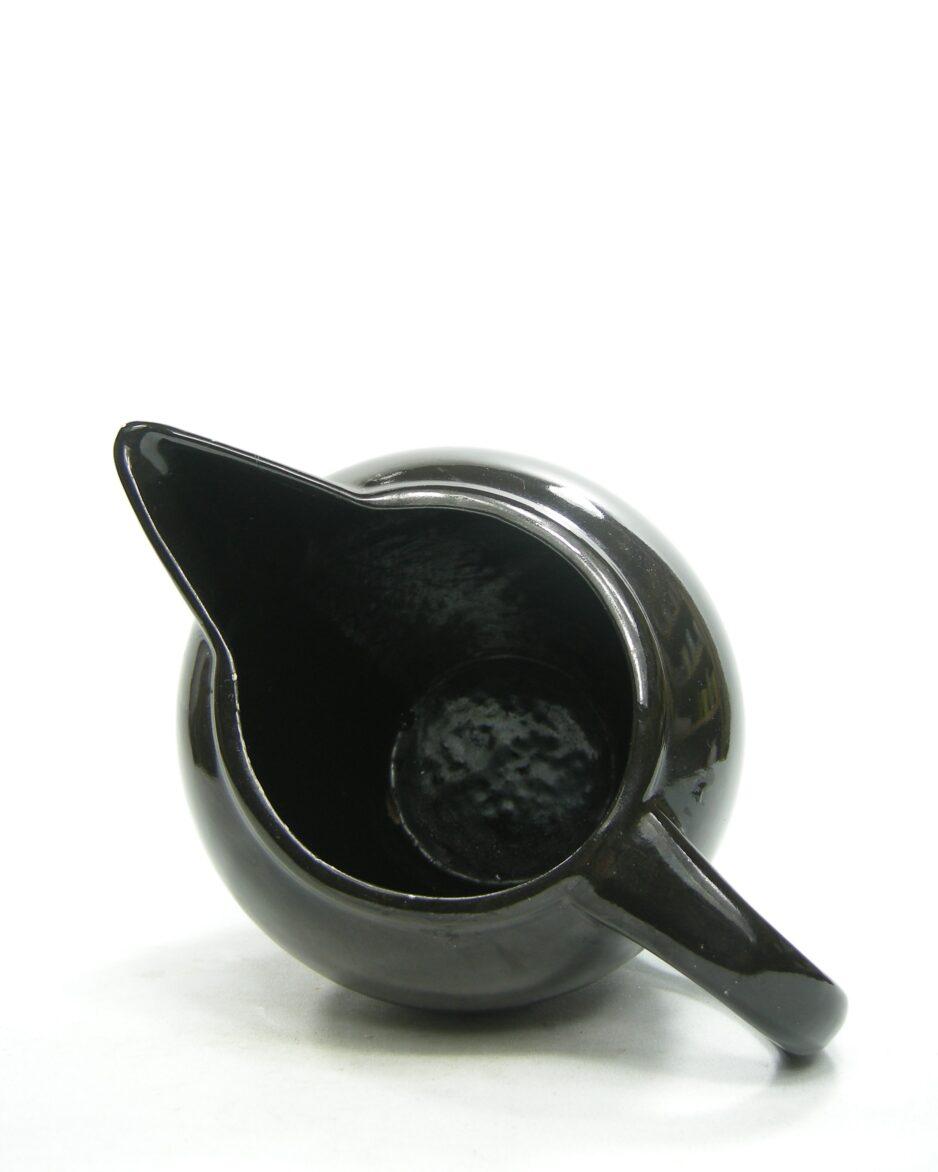 1057 - pitcher op stokjes gebakken jaren 60 - 70 zwart