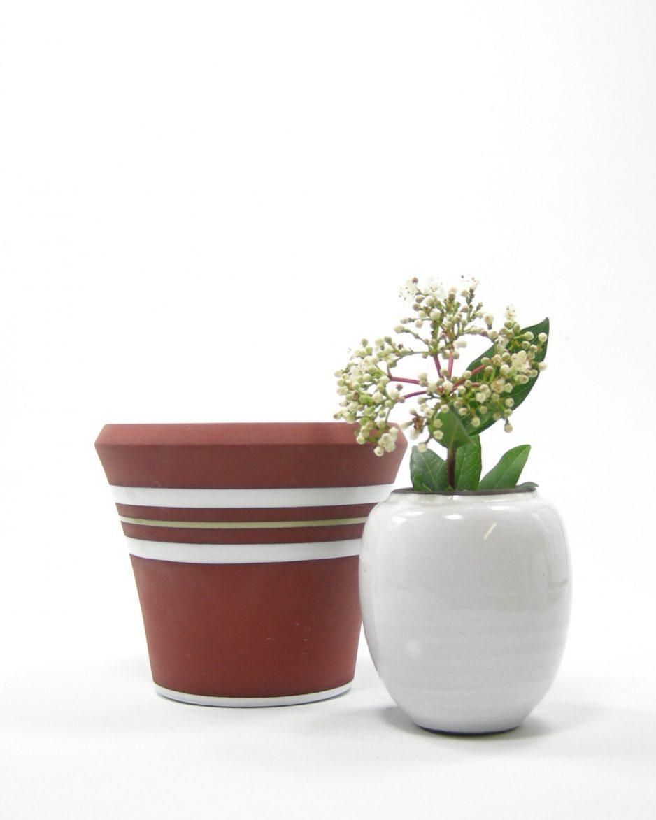 1061 - bloempotje op stokjes gebakken bruin - wit met groen streepje