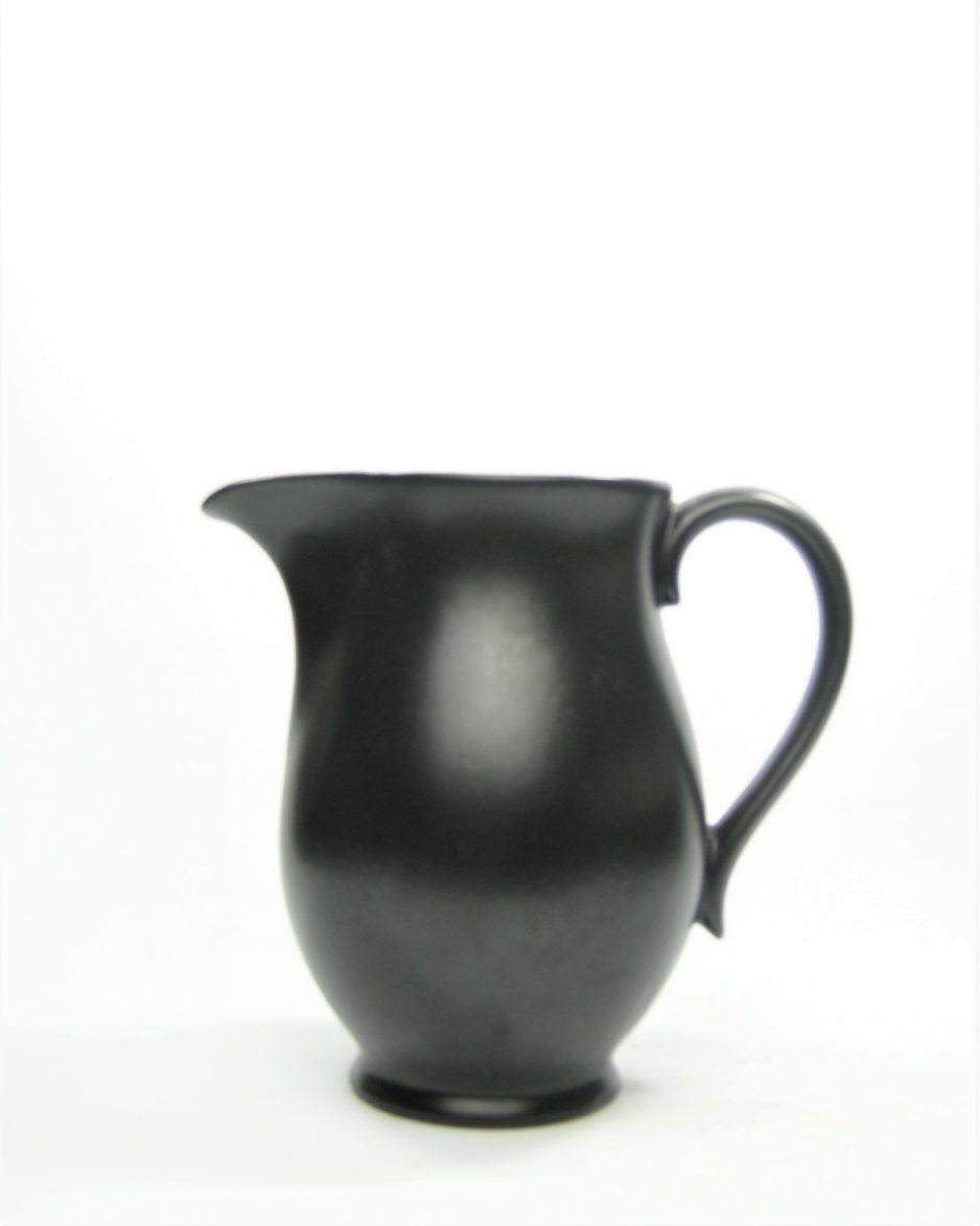 1115 - pitcher mat glazuur jaren 50 zwart