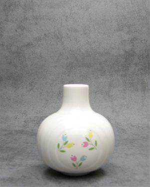 1138 - vaasje Made in England met bloemen wit - roze - blauw - geel - groen