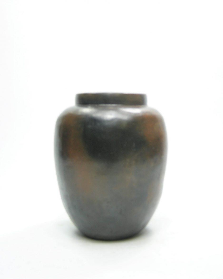 1161 - vaas op stokjes gebakken zwart - bruin