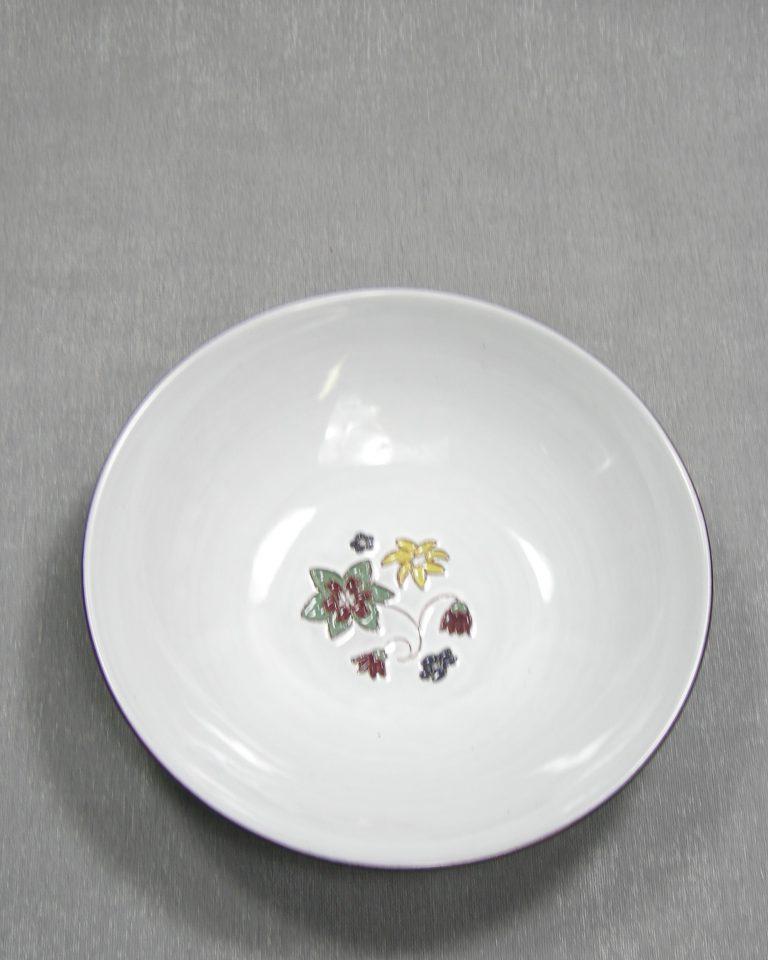 1283 – schaal op stokjes gebakken wit-blauw met bloemen