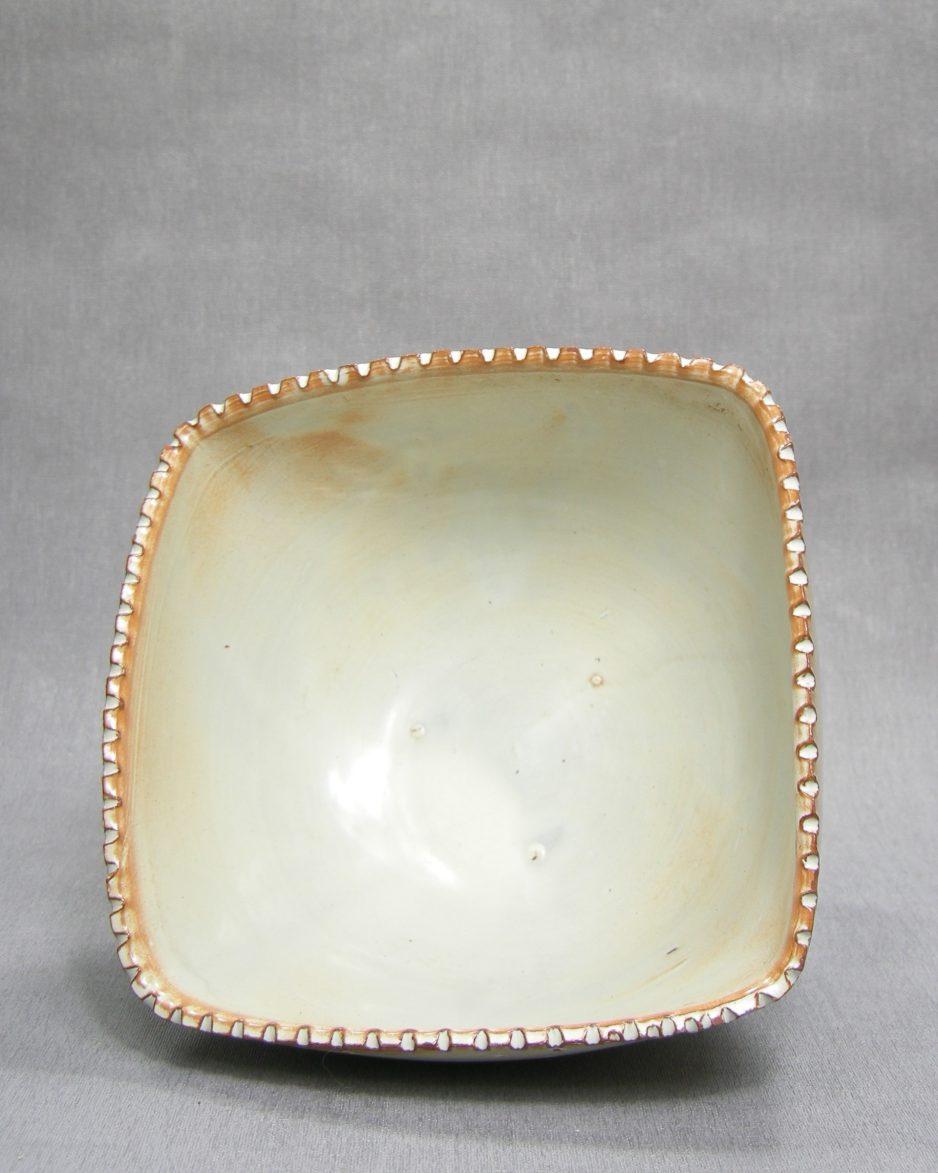 1297 - schaal met geribbelde rand op stokjes gebakken beige - bruin