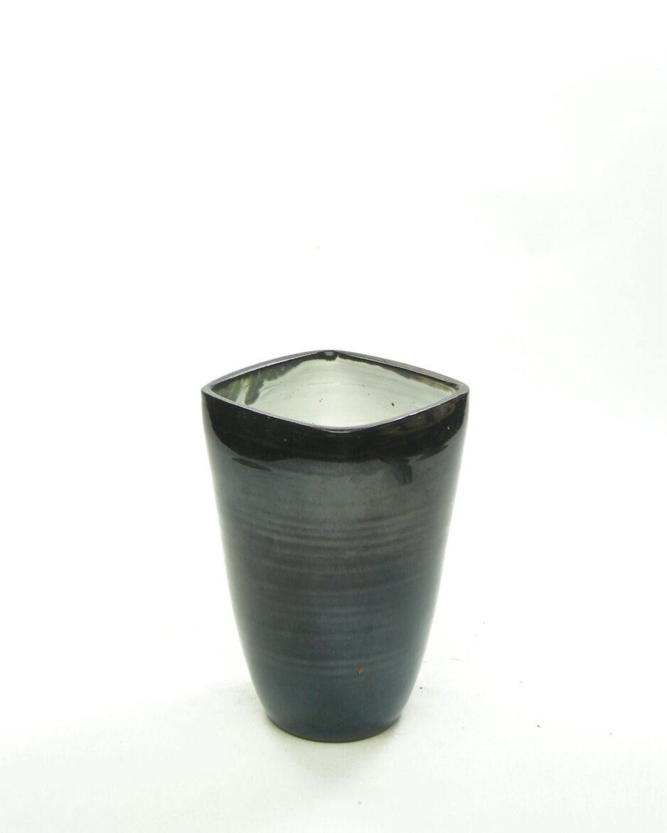 944 - vaas Holland 560 AH aardewerk zwart