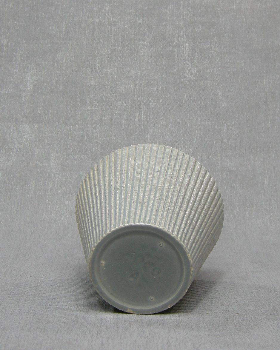 1338 - bloempot ADCO A grijs op stokjes gebakken