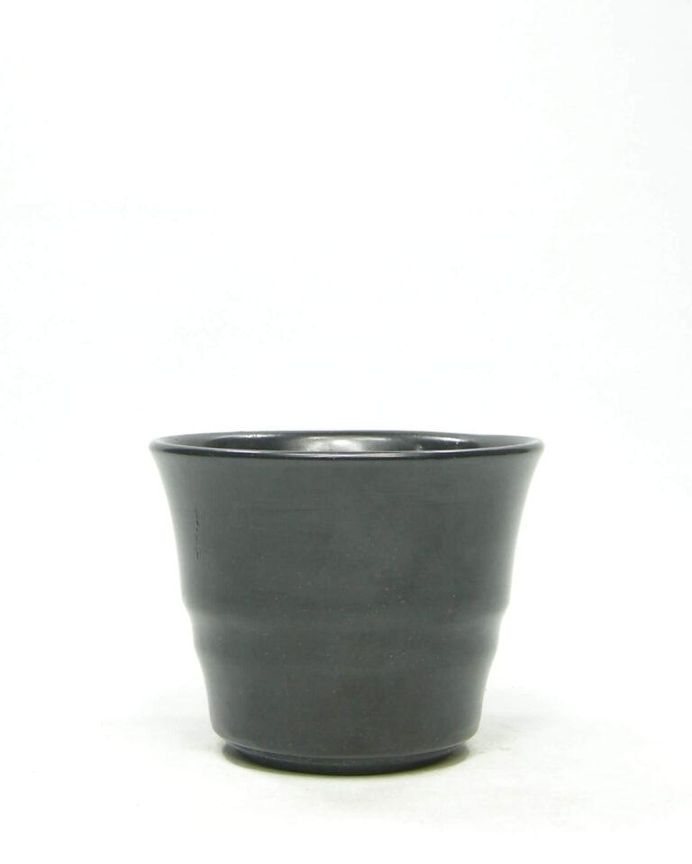 1395 – bloempot op stokjes gebakken mat zwart