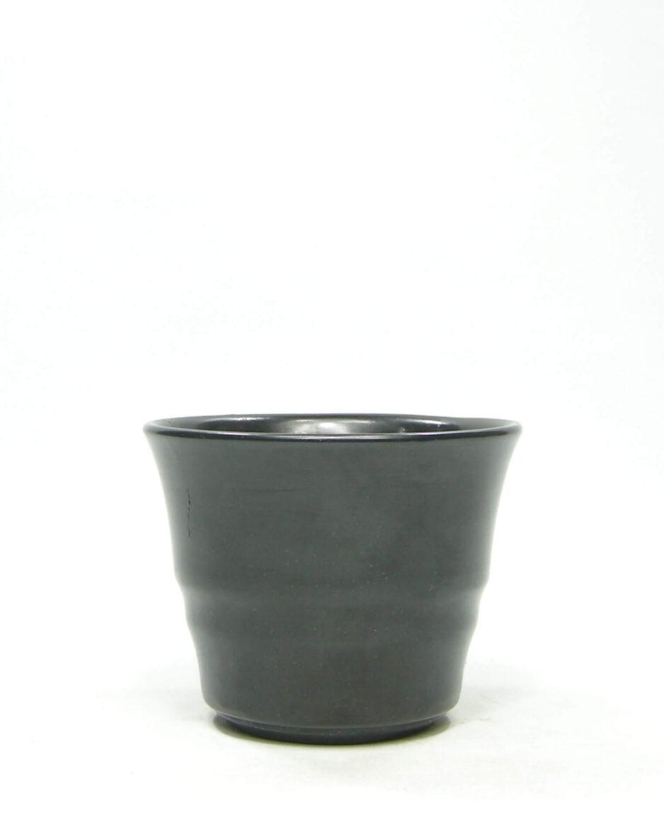 1395 - bloempot op stokjes gebakken mat zwart