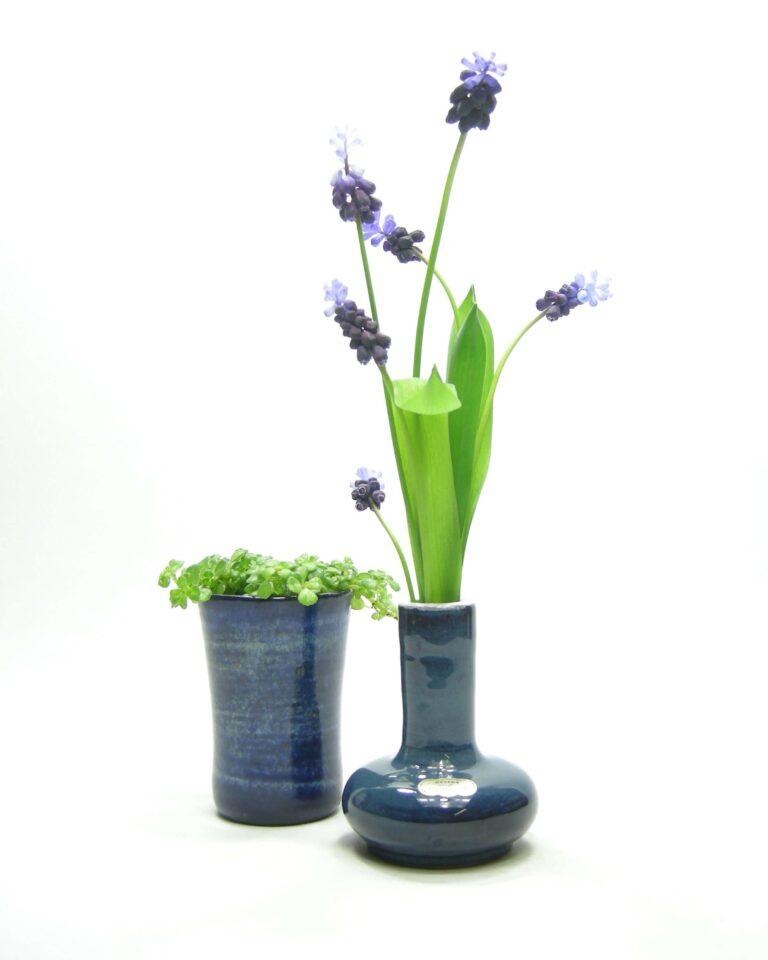 1422 – 1423 – vaasje Delfos Zoeterwoude en bloempotje gesigneerd blauw