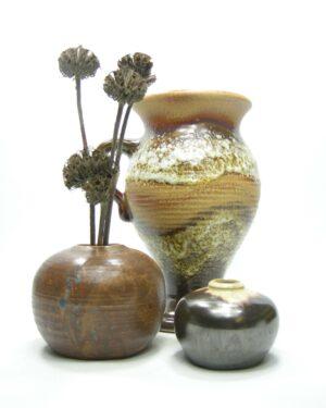 1428 – 1429 – 1430 – vaas Dumler en Breiden bruin – vaasje metalic bruin – vaasje op stokjes gebakken bruin-blauw