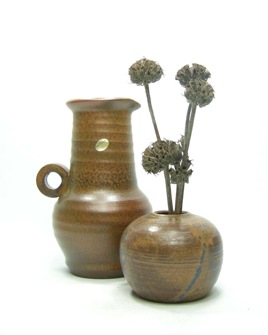 1429 - 1431 - vaasje op stokjes gebakken bruin-blauw en vaas met de hand gedraaid bruin