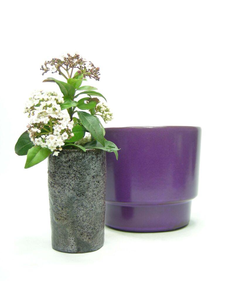 1437 – 1437 – bloempot ADCO 293 paars en vaas Pieter Groeneveldt 104 1 paars – zwart