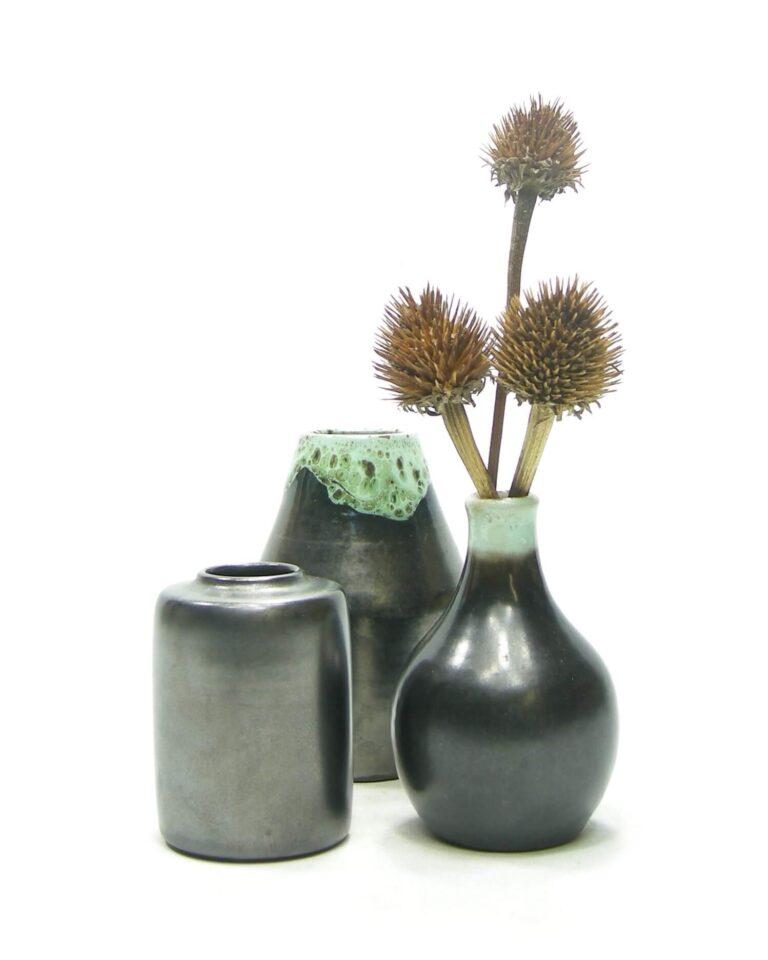 1471-1472-1474 – vaasje met druip glazuur zwart-groen, vaasje mat zwart zwart-groen en vaasje mat zwart