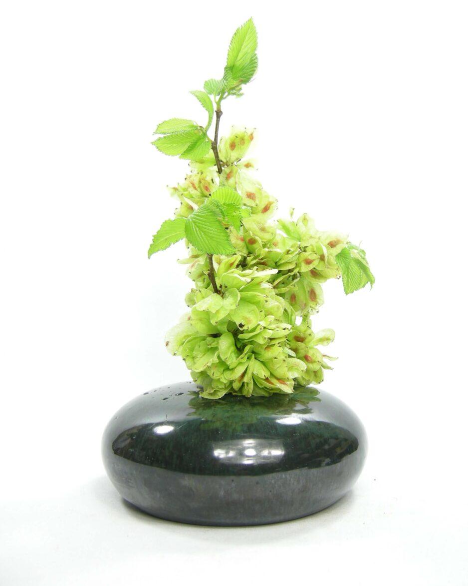 1486 - vaas Discus model op stokjes gebakken groen - zwart