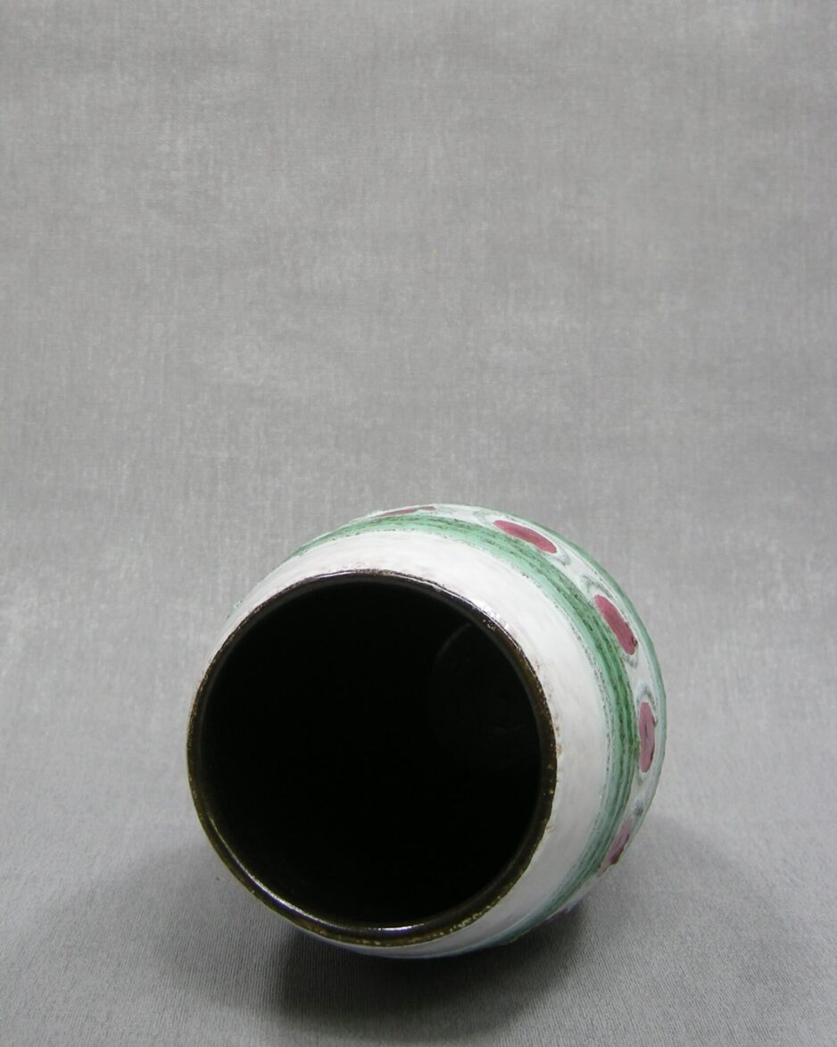 1503 - vaas met stippen en lijnen wit - groen - rood