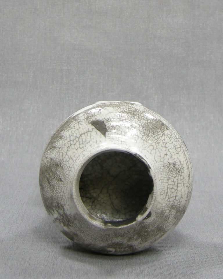 1509 – vaasje gesigneerd grijs – wit
