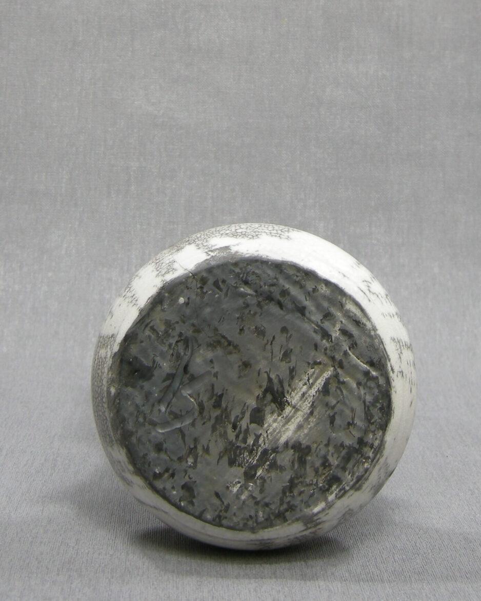 1509 - vaasje gesigneerd grijs - wit