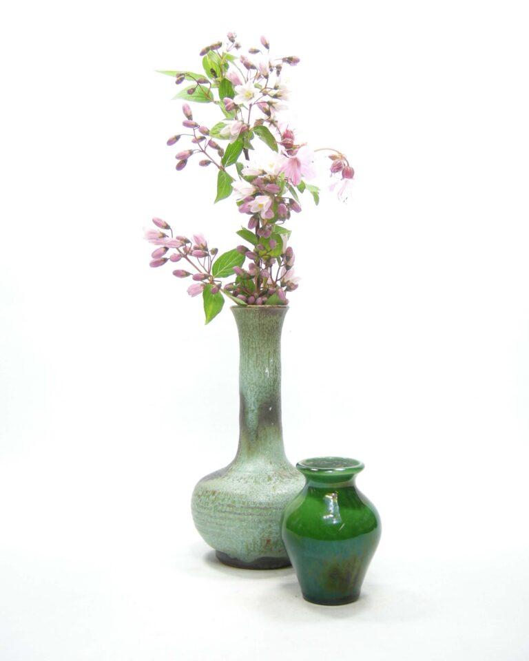 1524 – 1525 – vaasje groen tinten en mini vaasje gesigneerd groen