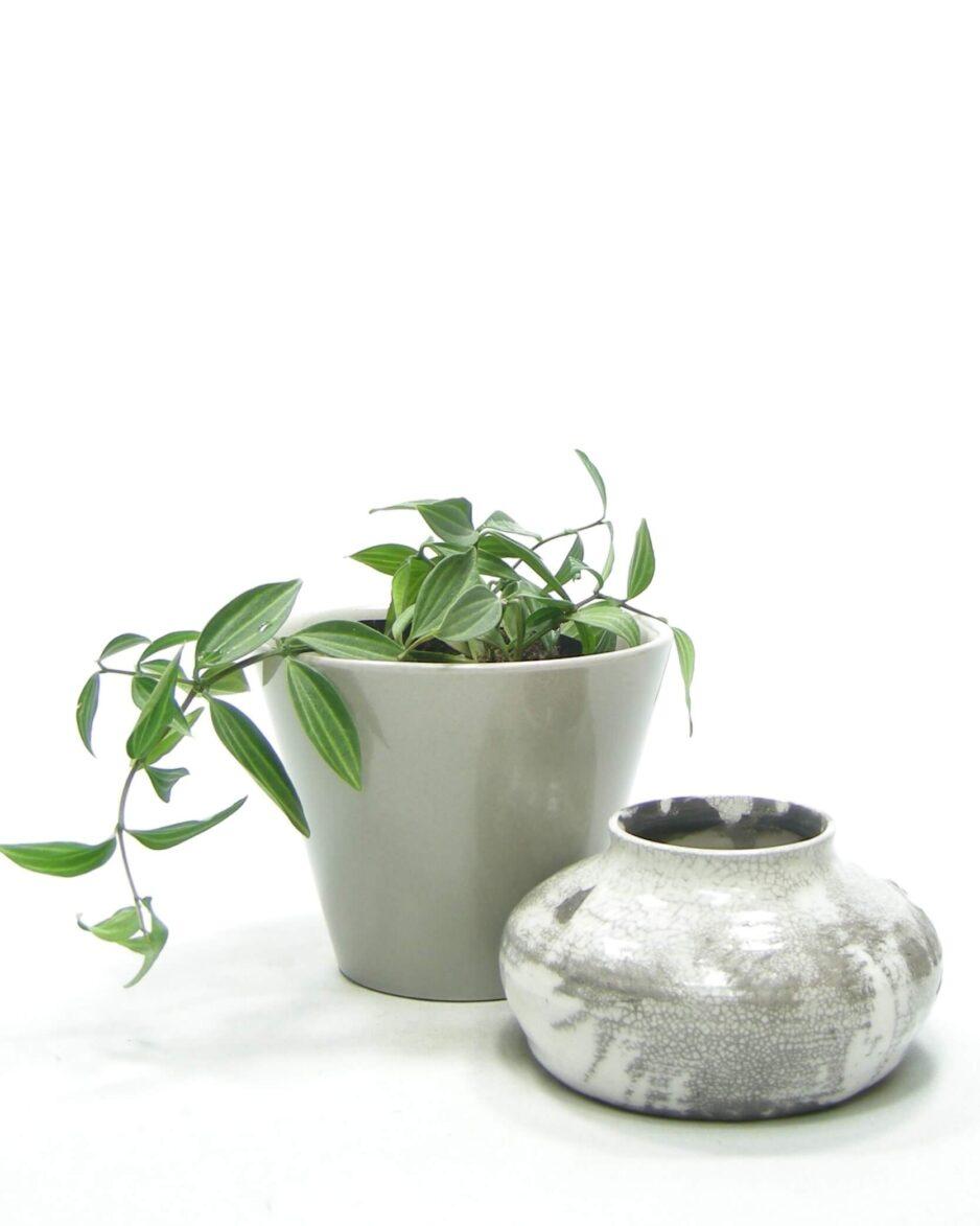 1526 - 1509 - bloempot ADCO 2116-A grijs en vaasje gesigneerd grijs - wit