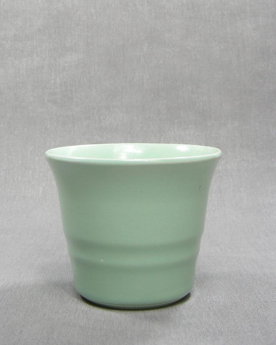 1498 - bloempot ADCO A op stokjes gebakken groen