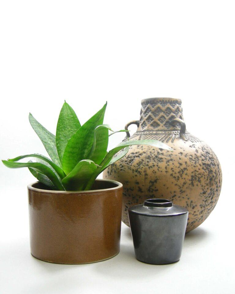 1554 – 1555 – 1556 – vintage vaas Jasba 153-23, bloempot retro bruin en vaasje op stokjes gebakken zwart