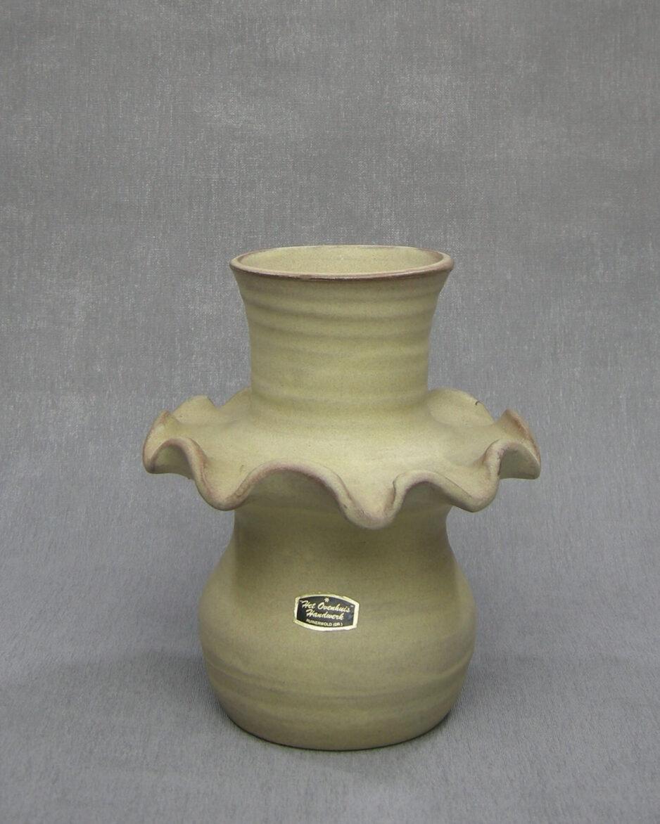 1560 - vintage vaas Het Ovenhuis op stokjes gebakken, gesigneerd beige