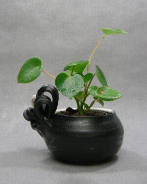 1567 – bloempot gesigneerd met strik wit-zwart-grijs