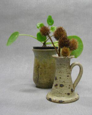 1622 – 1623 – vintage bloempotje op stokjes gebakken en vaasje met oor
