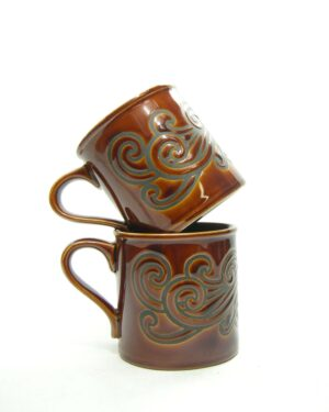 1671 - vintage mokken Staffordshire potteries Made in England bruin-zwart