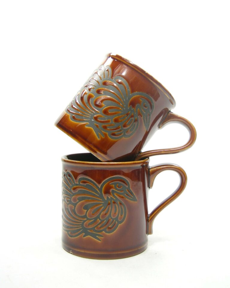 1671 – vintage mokken Staffordshire potteries Made in England bruin-zwart